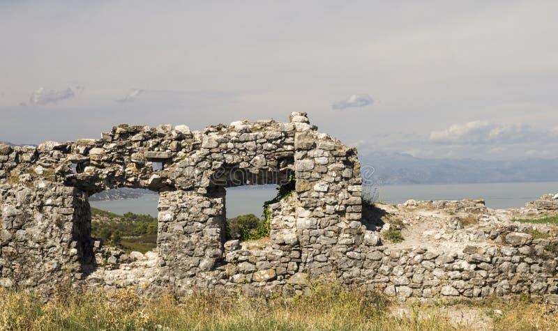 Sikt från riunsna av slotten Skoder i Albanien på flodBuna arkivfoto
