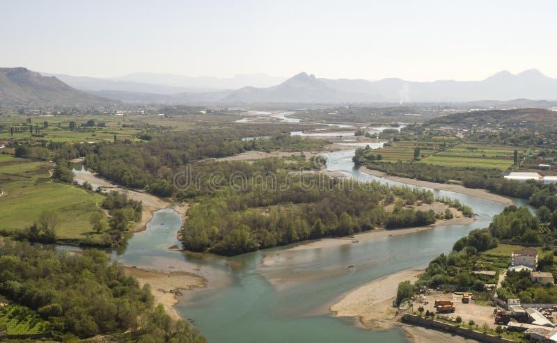 Sikt från riunsna av slotten Skoder i Albanien på flodBuna arkivbild