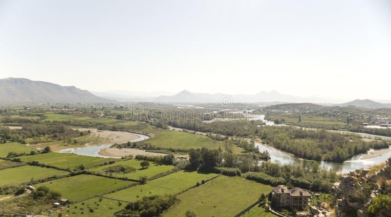Sikt från riunsna av slotten Skoder i Albanien på flodBuna arkivbilder