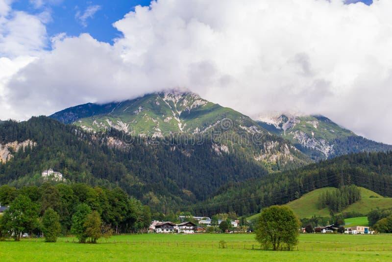 Sikt från Saalfelden i Österrike i riktning av Berchtesgaden arkivbild