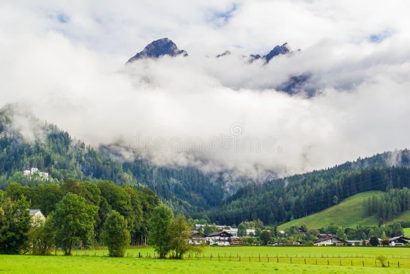 Sikt från Saalfelden i Österrike i riktning av Berchtesgaden royaltyfri foto