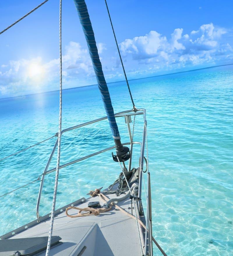 Sikt från seglingyachten royaltyfri bild