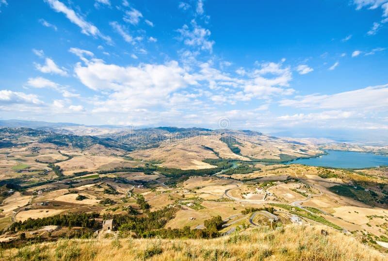 sikt från Sicilien Enna Agira norrut med sjön Pozzillo på righ arkivbild