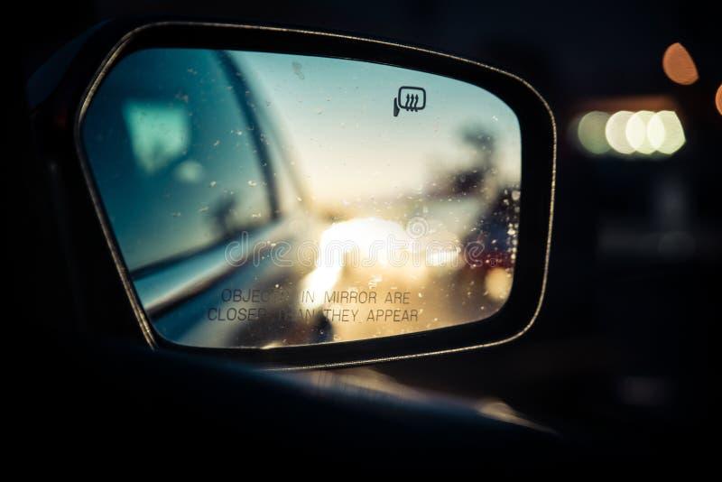 Sikt från sidobilspegeln arkivfoto