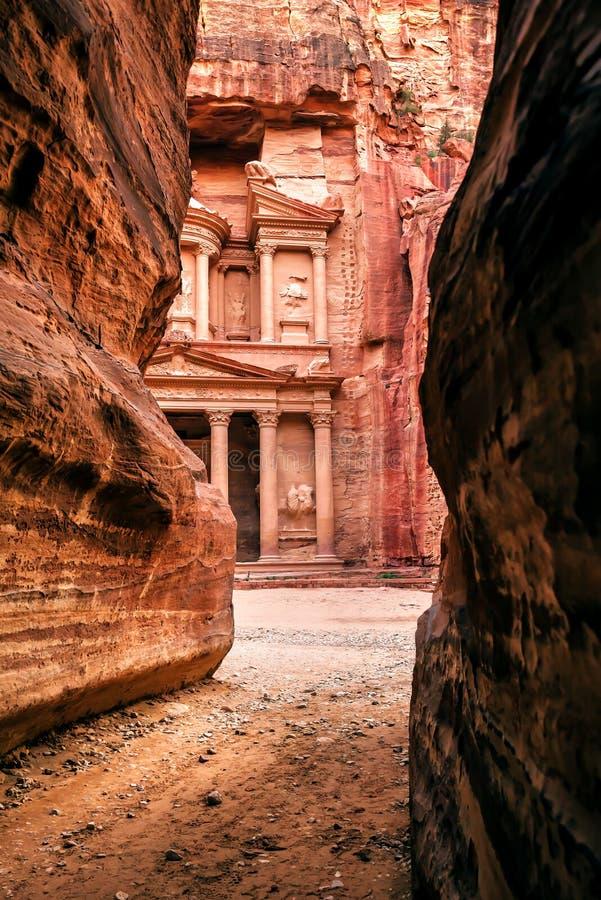 Sikt från Siq på ingången av staden av Petra royaltyfria bilder