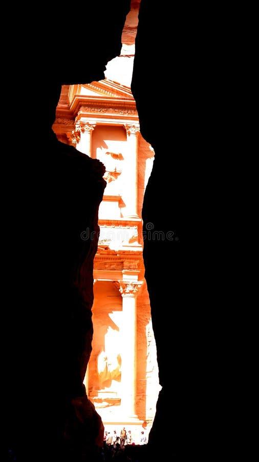Sikt från Siq till Al Khazneh kassan av den forntida staden för Petra i Jordanien arkivfoton