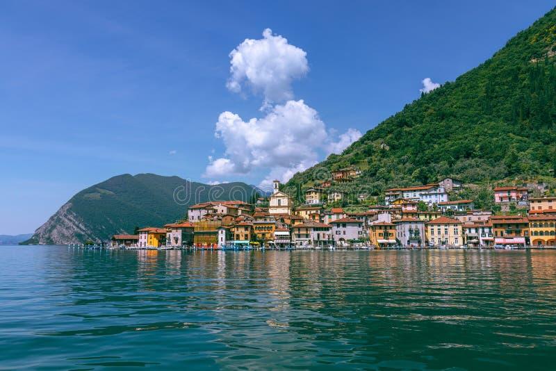 Sikt från sjön av Iseo på lilla staden av Sulzano fotografering för bildbyråer