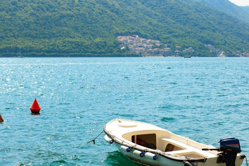 Sikt från sjösidan mot blått vatten av Adriatiskt havet vid den Kotor fjärden i Perast, Montenegro royaltyfri bild