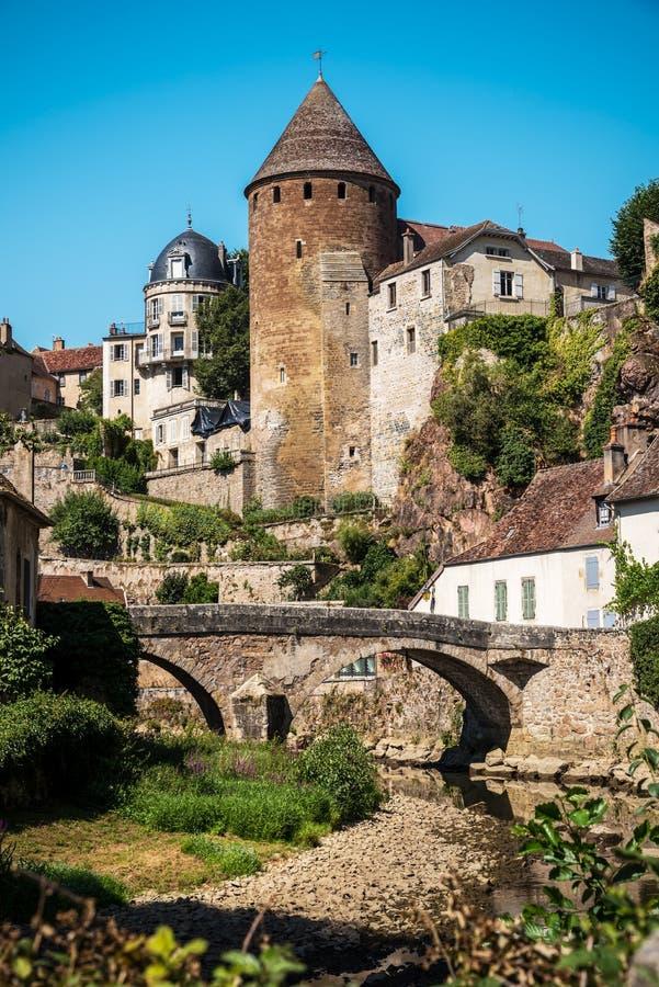 Sikt från skeppsdockorna av den välvde bron och den gamla medeltida staden av Semur en Auxois royaltyfri foto