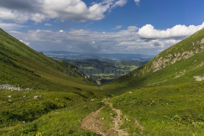 Sikt från slingaBelianske en Tatry berg Slovakien arkivbilder