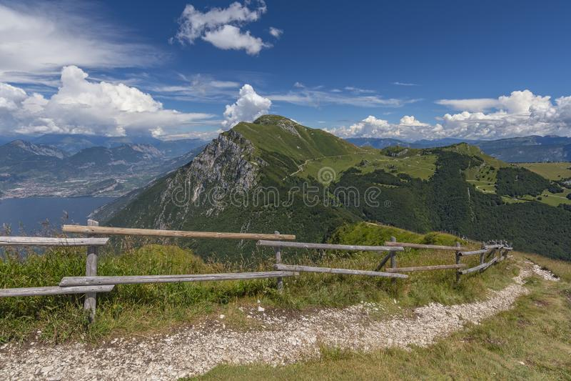Sikt från slingan på Monte Baldo, Malcesine, Lombardy, Italien royaltyfria bilder