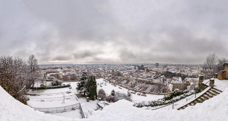Sikt från snöig Schlossberg med rosträdgården till staden Graz arkivfoto