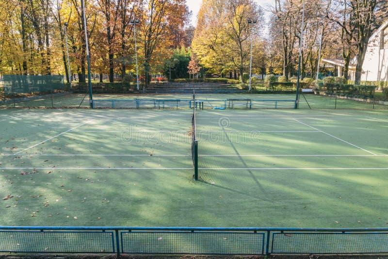 Sikt från ställningar av två utomhus- tomma tennisbanor arkivbilder