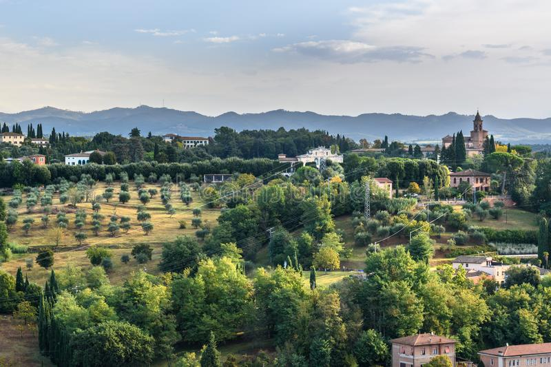Sikt från stadsväggen med det härliga landskapet och basilikadellen 'Osservanza Siena italy royaltyfri fotografi