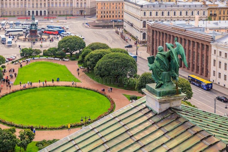 Sikt från taket på fyrkant för St Isaacs framme av Sanka Isaacs ryska ortodoxa domkyrka i St Petersburg, Ryssland royaltyfri fotografi