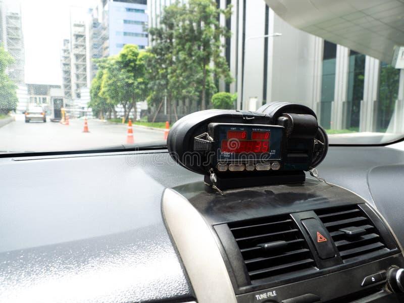 Sikt från taxin med meterskärm Tid, avstånd och biljettpris i instrumentbrädainre fotografering för bildbyråer