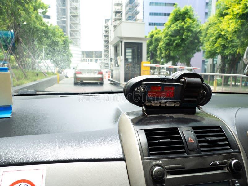 Sikt från taxin med meterskärm Tid, avstånd och biljettpris i instrumentbrädainre arkivfoto