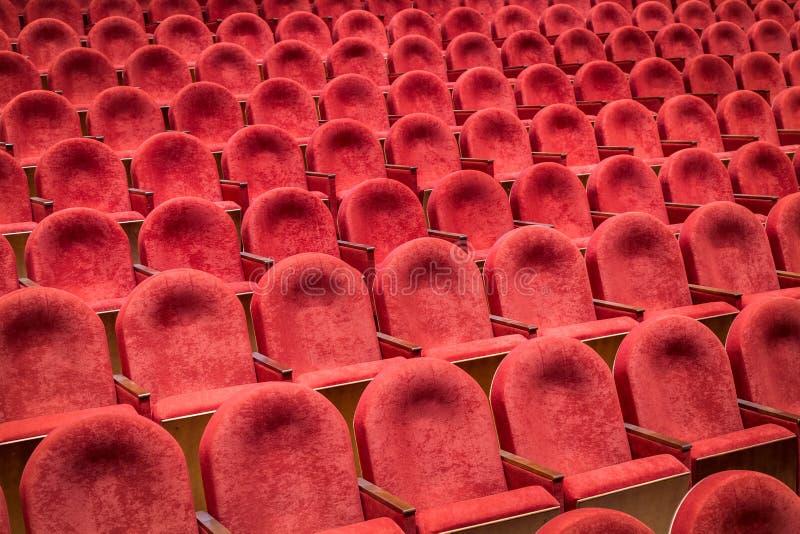 Sikt från trappa på rader av bekväma stolar i teater eller bio royaltyfri fotografi