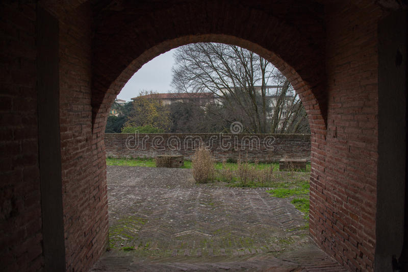 Sikt från tunnelen av den Medici fästningen av Santa Barbara Pistoia tuscany italy arkivfoto