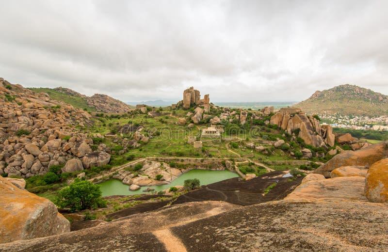 Sikt från uppe på thuppadakolabetta inom det Chitradurga fortet, Karnataka royaltyfri foto