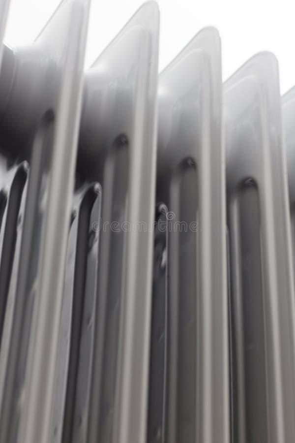 Sikt från vänstert nedanför på den olje- elektriska elementvärmeapparaten på vit bakgrund arkivfoton