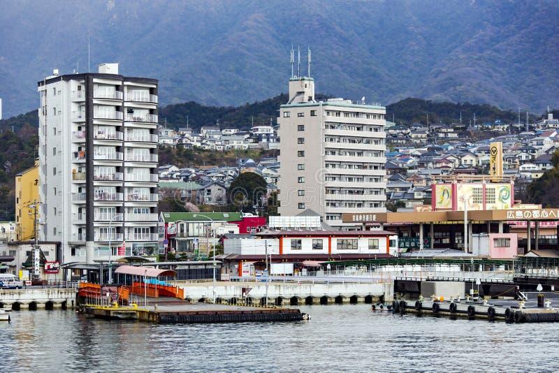 Sikt från vattnet på den japanska staden av Hiroshima royaltyfria bilder