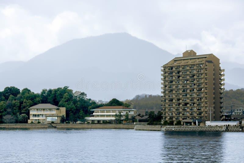 Sikt från vattnet på den japanska staden av Hiroshima arkivfoton