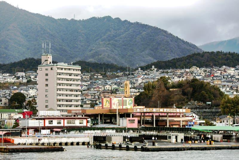 Sikt från vattnet på den japanska staden av Hiroshima arkivfoto