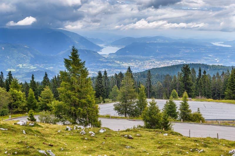 Sikt från Villach den alpina vägen, Österrike royaltyfria bilder