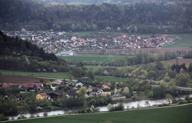 Sikt från Wolfsberg nära Dietfurt i Tyskland Griesstetten och Toeging kan ses arkivfoton