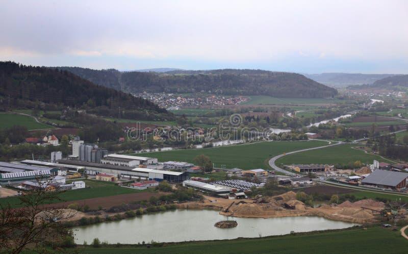 Sikt från Wolfsberg nära Dietfurt i Tyskland Industriområdet av Dietfurt, Griesstetten och Toeging kan ses fotografering för bildbyråer