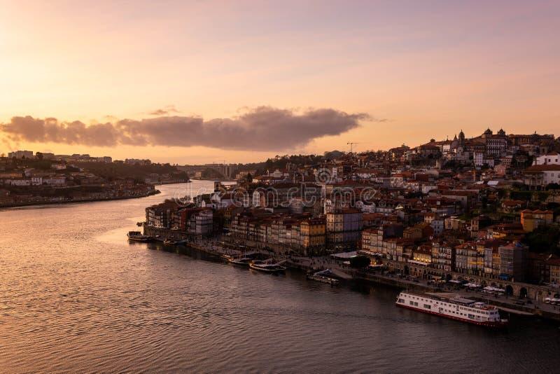 Sikt fr?n D Luis bro till staden av Porto och till den Douro floden på solnedgången royaltyfri bild
