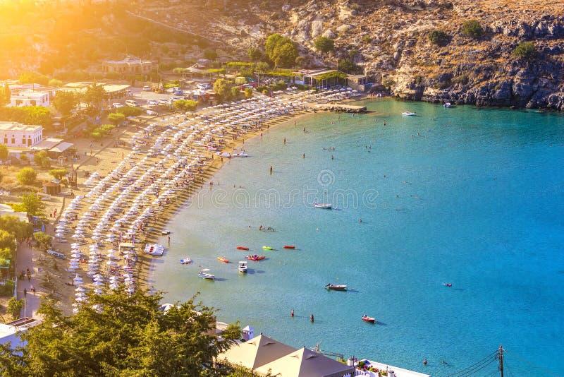 Sikt fr?n ovann?mnt av den huvudsakliga stranden i Lindos, Rhodes, en av de Dodecanese ?arna i det Aegean havet, Grekland royaltyfri bild