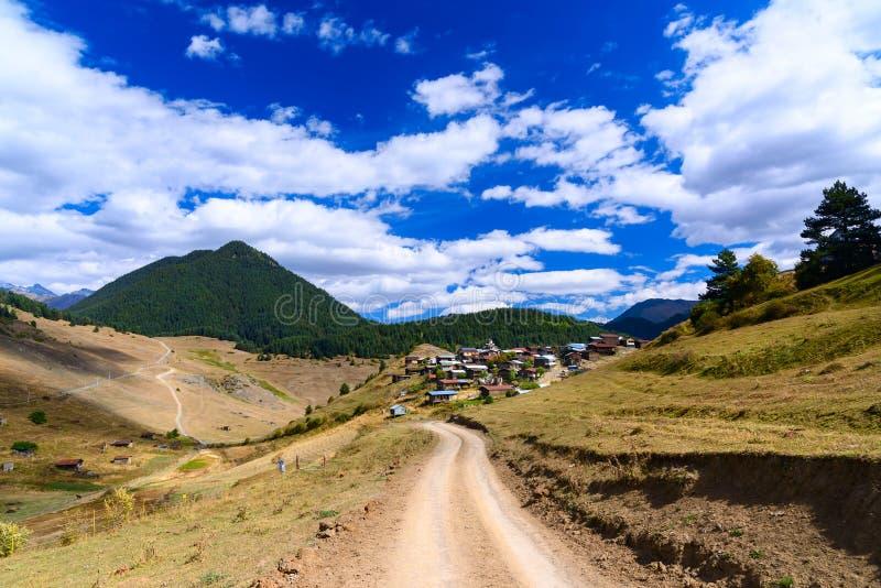 Sikt i berg Väg till den Shenako byn i den Tusheti regionen georgia fotografering för bildbyråer