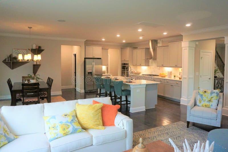Sikt in i köket av ett modernt hem från familjrummet arkivfoto