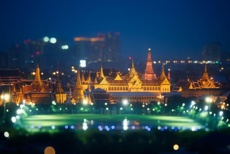 Sikt kaew av för den storslagna slott-, för konung Palace, Wat phraen eller smaragdBuddhatempel på natten bangkok thailand royaltyfri foto