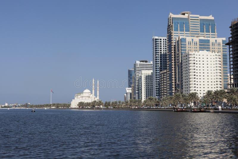 Sikt Khalid Lagoon och Al Noor Mosque (Al Noor Mosque) Sharjah förenade arabiska emirates royaltyfria bilder