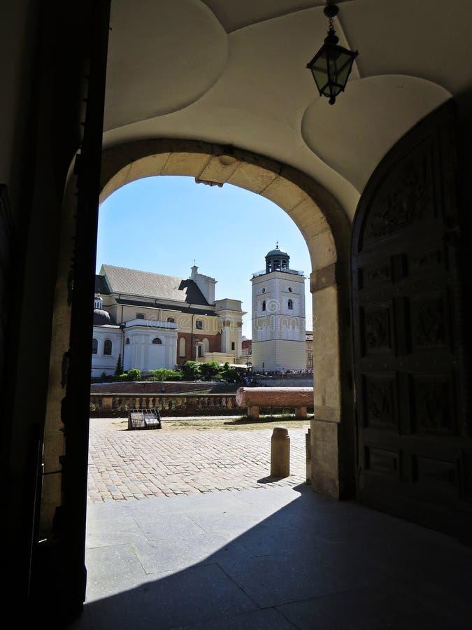 Sikt kyrka på för observationsdäck och St Anne för ` s från ingången till den kungliga slotten i Warszawa, slottfyrkant, Warszawa royaltyfri bild
