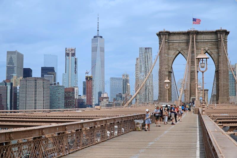 Sikt längs den Brooklyn bron in mot Manhattan arkivfoto