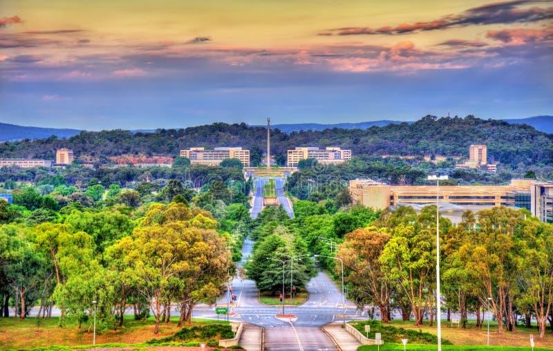 Sikt längs konungaveny in mot denamerikan minnesmärken i Canberra, Australien royaltyfri fotografi