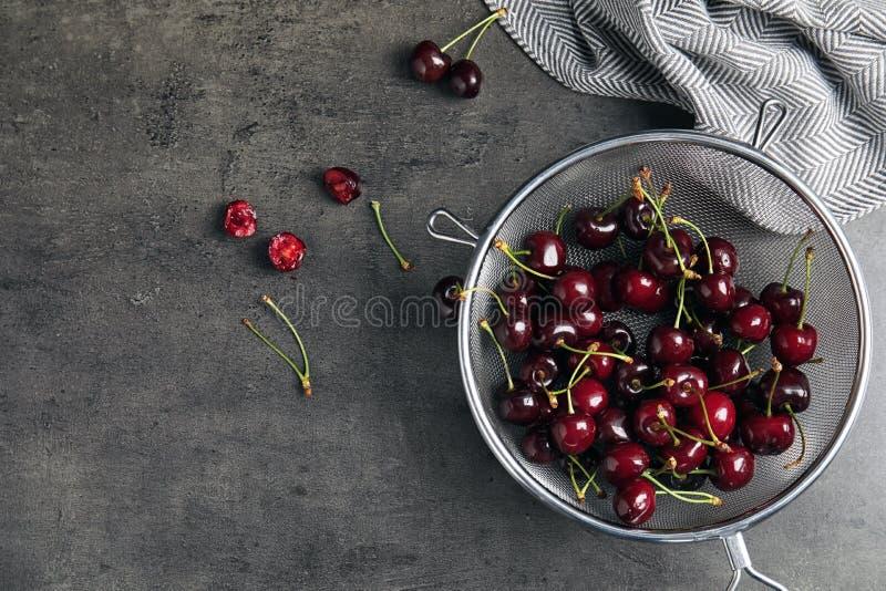 Sikt med söta röda körsbär på tabellen fotografering för bildbyråer
