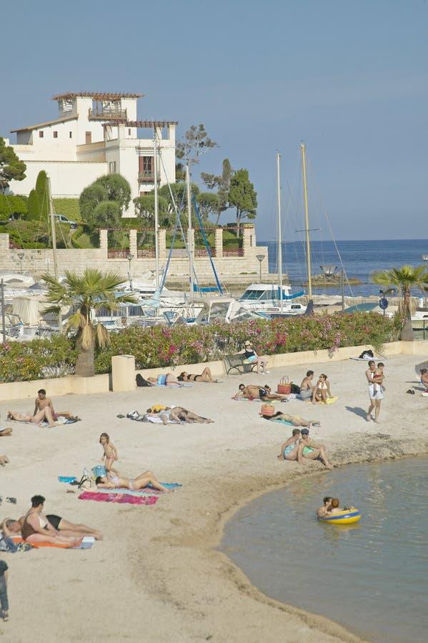Sikt med stranden som ser in mot villan Kerylos, Beaulieu-sur-Mer, Frankrike arkivfoton
