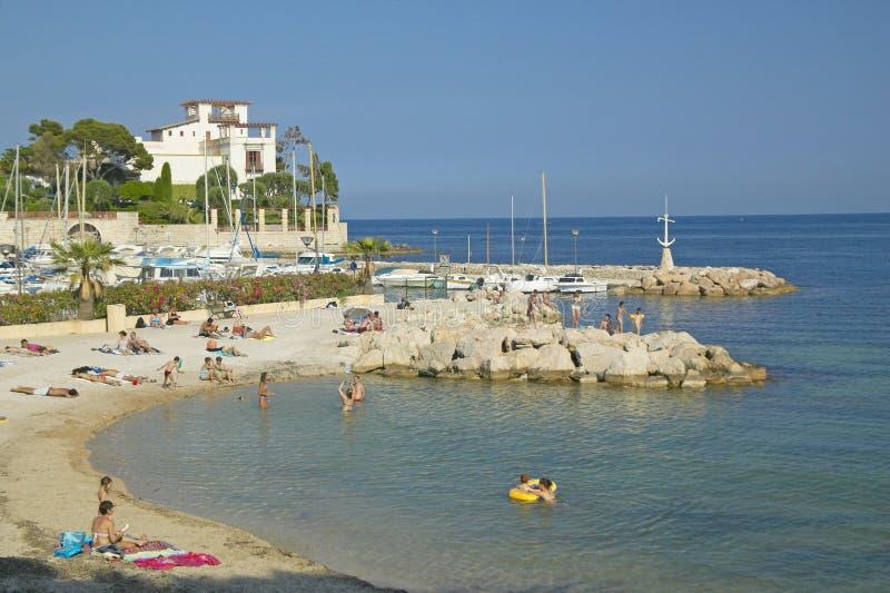 Sikt med stranden som ser in mot villan Kerylos, Beaulieu-sur-Mer, Frankrike royaltyfri fotografi
