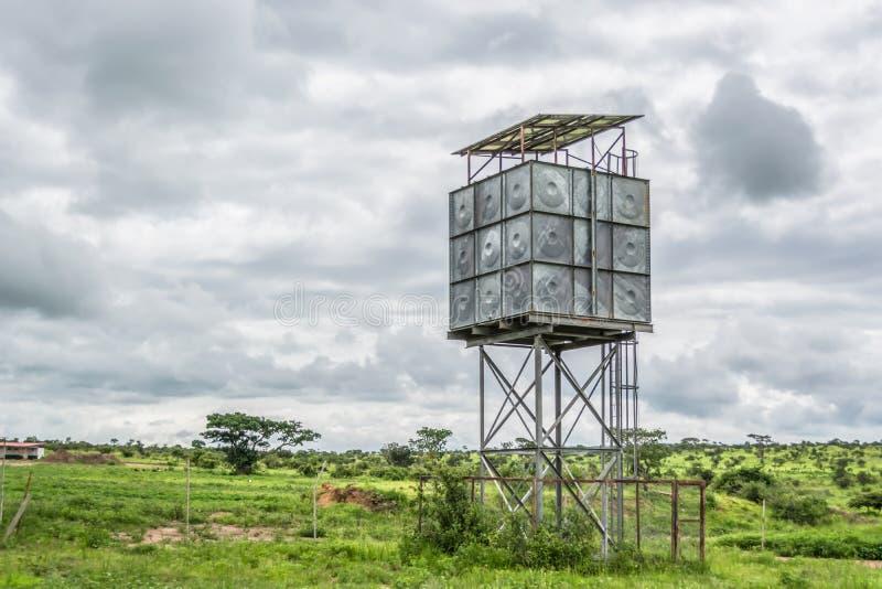 Sikt med typisk tropiskt landskap med en metallwatchtowerstruktur royaltyfri foto