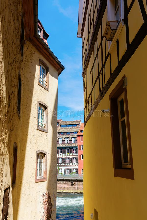 Sikt mellan gamla hus på en kanal av floden dåligt i La Petite France, Strasbourg, Frankrike royaltyfria bilder