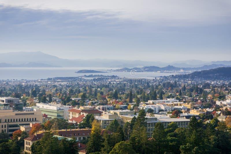 Sikt in mot Berkeley och Richmond på en solig men disig höstdag arkivfoton