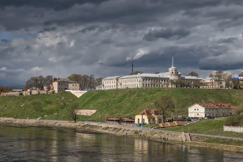 Sikt in mot den gamla slotten och den nya slotten i Hrodna royaltyfri foto