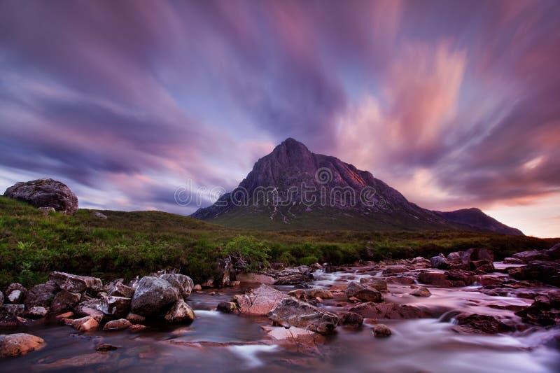 Sikt in mot den Rannoch heden, flod Coupall i förgrund, Beinn 'en Chrulaiste på vänstersida Höglands- Skottland, UK Berget är Bua arkivfoton