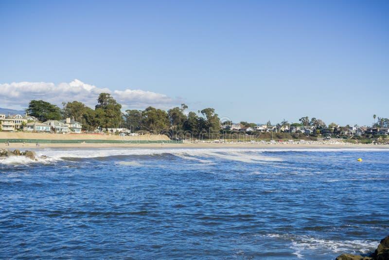 Sikt in mot den statliga stranden för tvilling- sjöar från den närliggande bryggan, Santa Cruz, Kalifornien royaltyfri foto