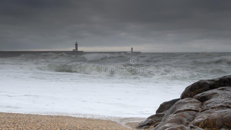 Sikt in mot en fyr från stranden arkivfoto